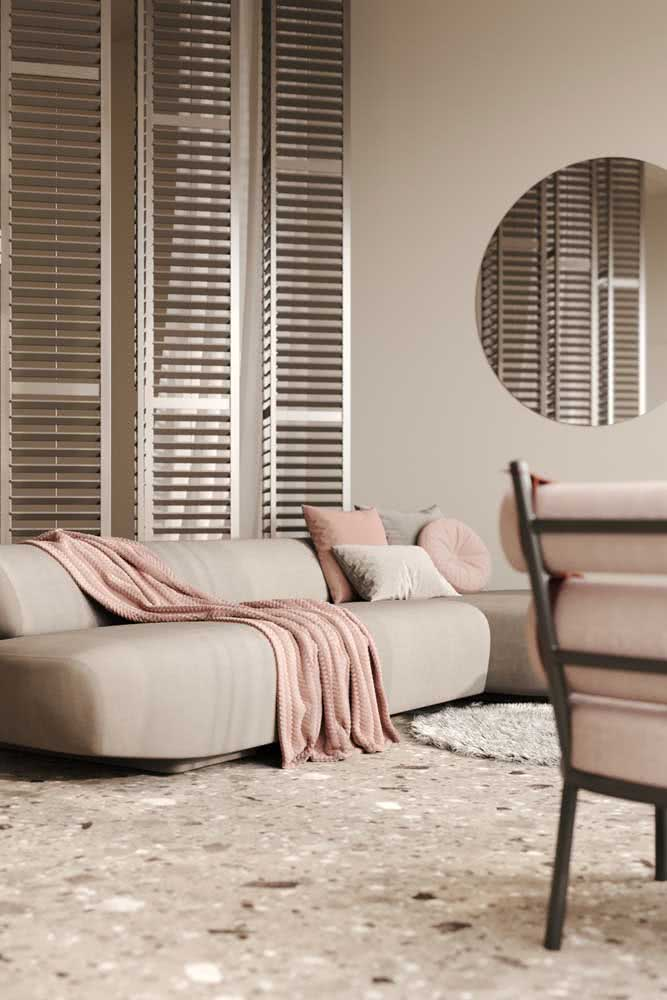Um pouco de rosa para contrastar com a cor pérola na parede e no sofá