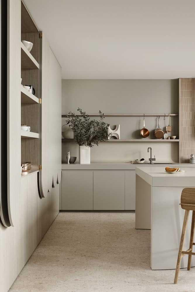 Nessa cozinha, a cor pérola ilumina o piso e o teto