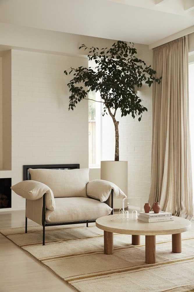Uma sala toda em cor pérola da parede ao chão, passando pela mobília, tapete e cortina