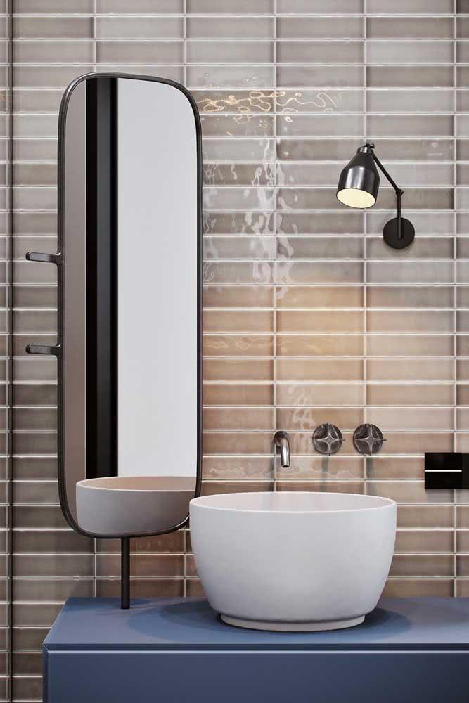 Revestimento em tons de pérola e marrom para o banheiro moderno