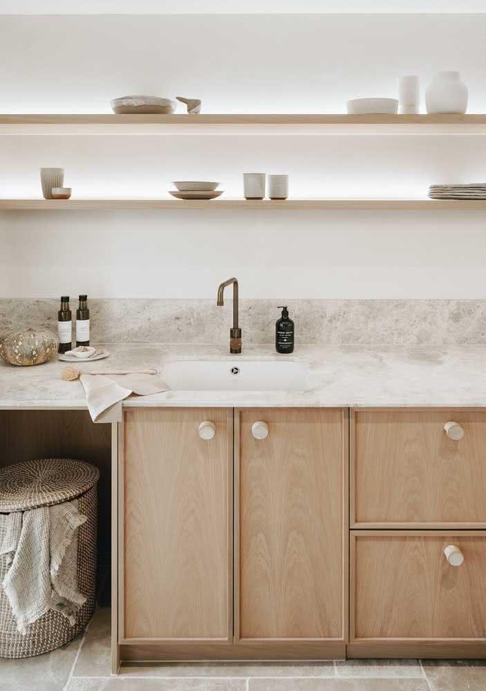 Cozinha de parede pérola e armários de madeira: um charme só!
