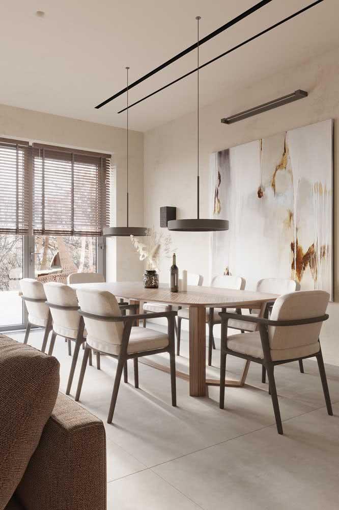 Parede pintada de cor pérola para a sala de jantar. Para combinar detalhes em madeira escura