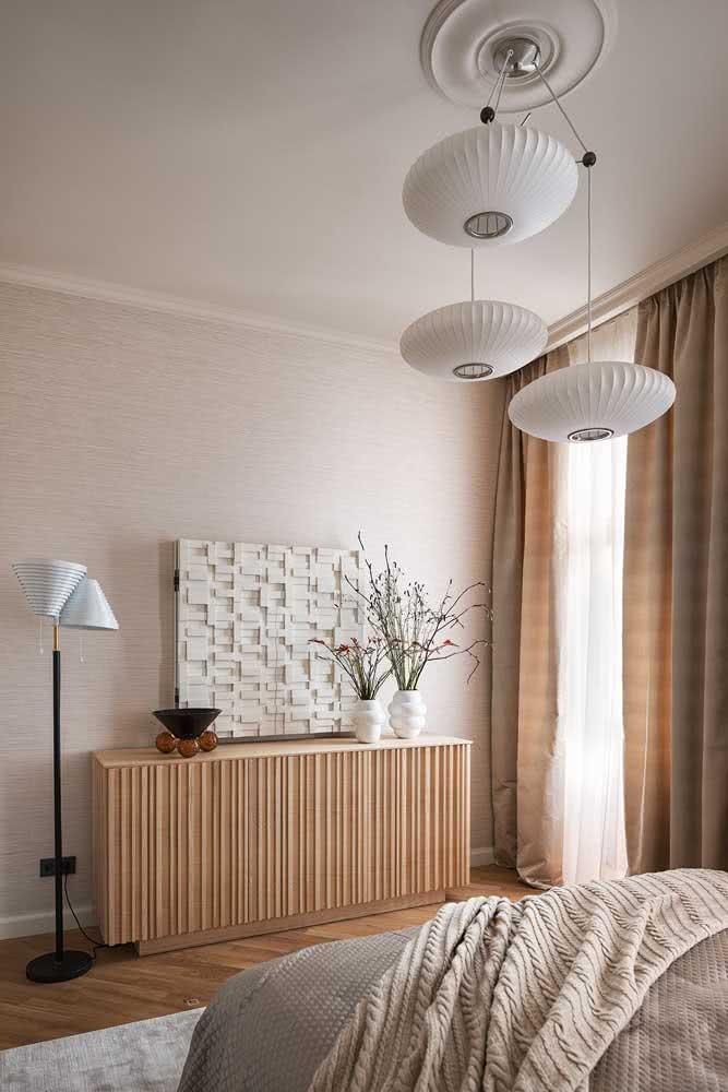 Cor pérola na decoração do quarto de casal. Repare que a cor marca presença na parede e nas roupas de cama
