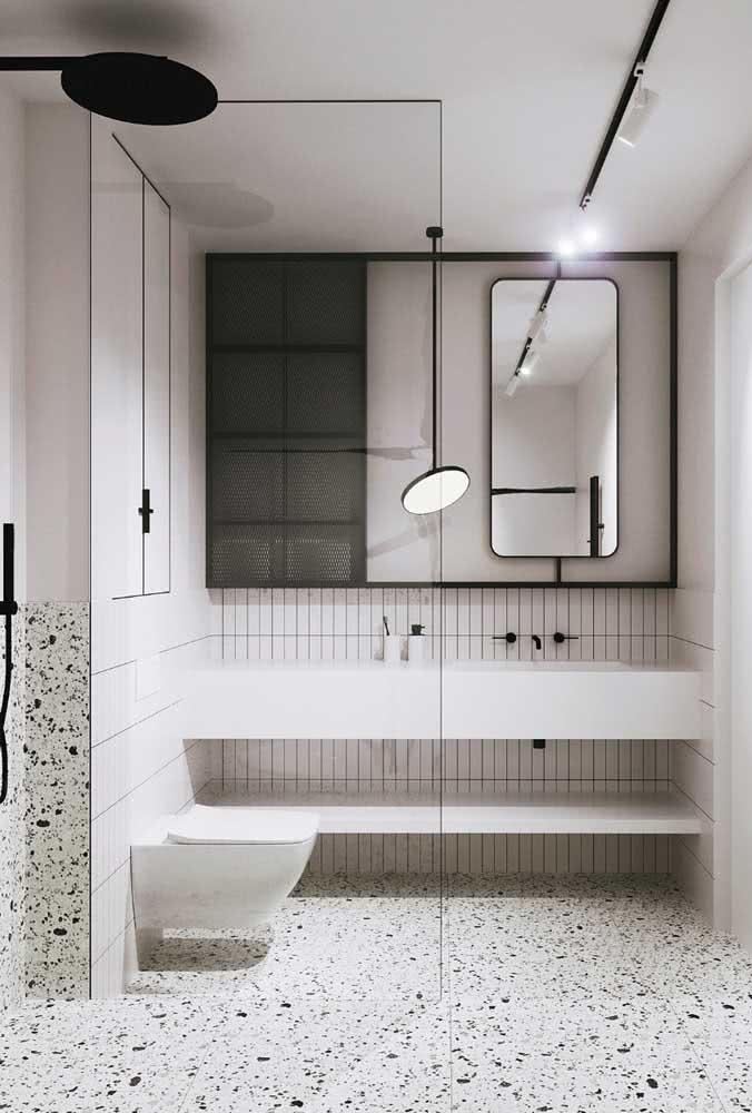 A decoração moderna desse banheiro traz a cor pérola nas paredes e o piso de granilite para o chão