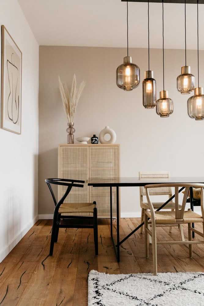 Cor pérola na parede da sala de jantar combinando com o móvel de palha