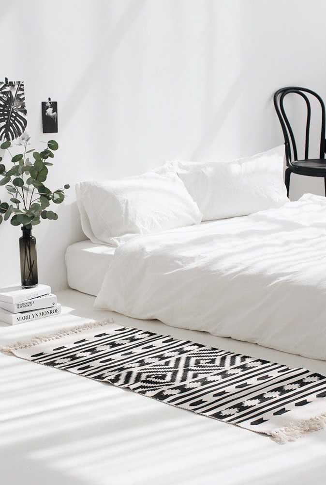 Tapete preto e branco trazendo aquele charme a mais para a beirada da cama