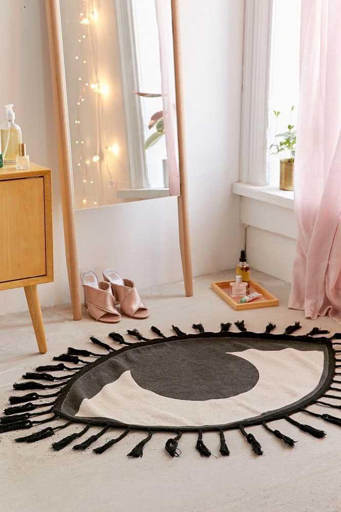 Que tal um modelo de tapete preto e branco em formato de olho?