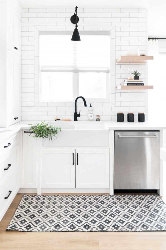 Como deixar a cozinha branca ainda mais linda? Com um tapete preto e branco!