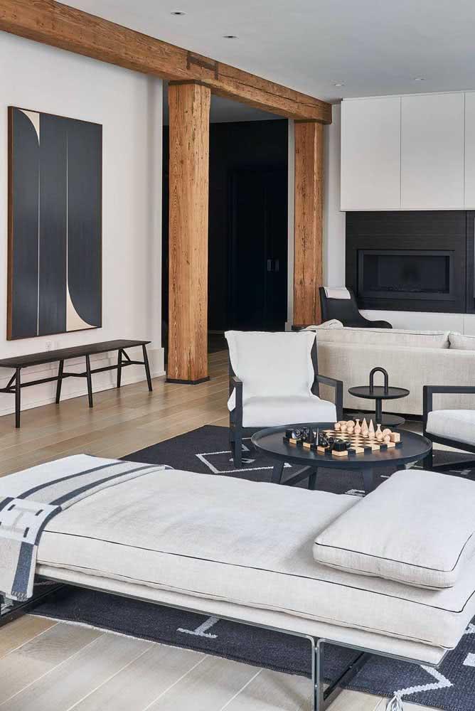 Decoração clássica e elegante complementada pelo tapete preto e branco