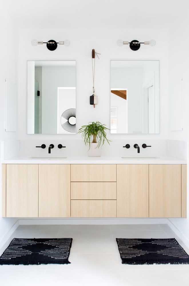 O tapete preto e branco do banheiro é puro charme