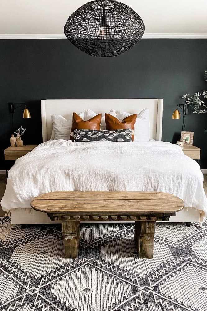 O quarto de estilo boho fica super elegante com o tapete preto e branco