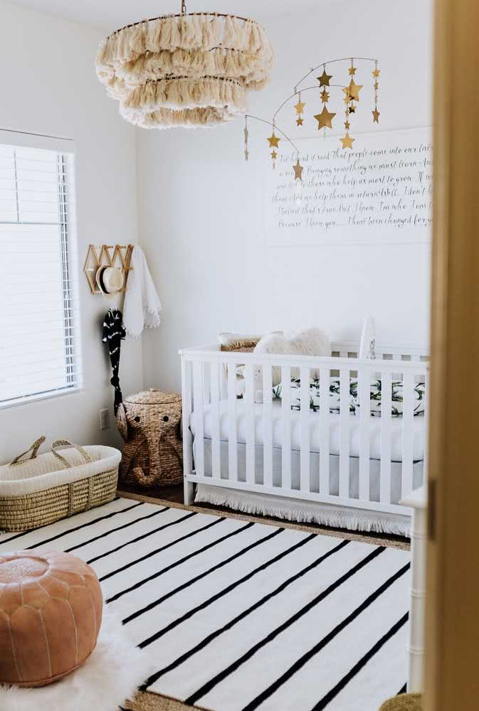 Tapete preto e branco listrado e discreto para o quarto de bebê