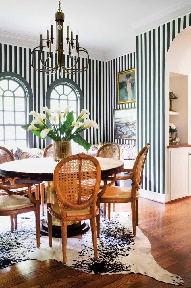 Ousada, essa sala de jantar traz um tapete preto e branco animal print