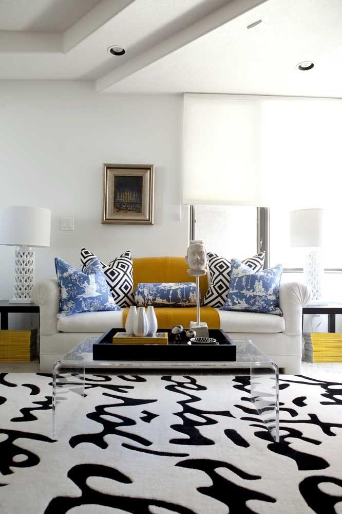 As formas orgânicas também são uma opção para os tapetes preto e branco