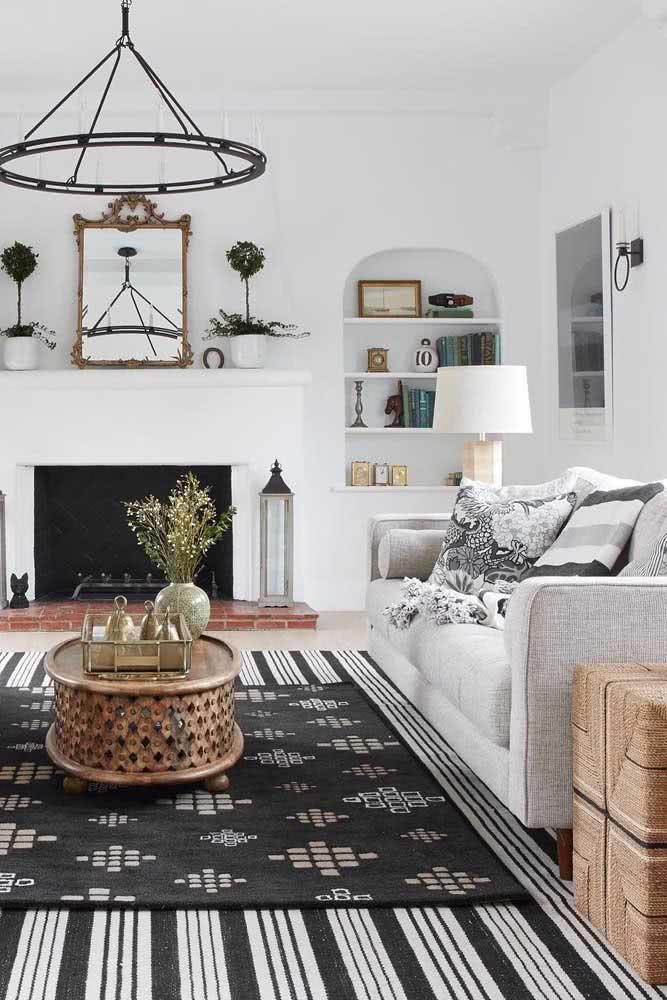 Sobreposição de tapetes preto e branco: charme em dobro