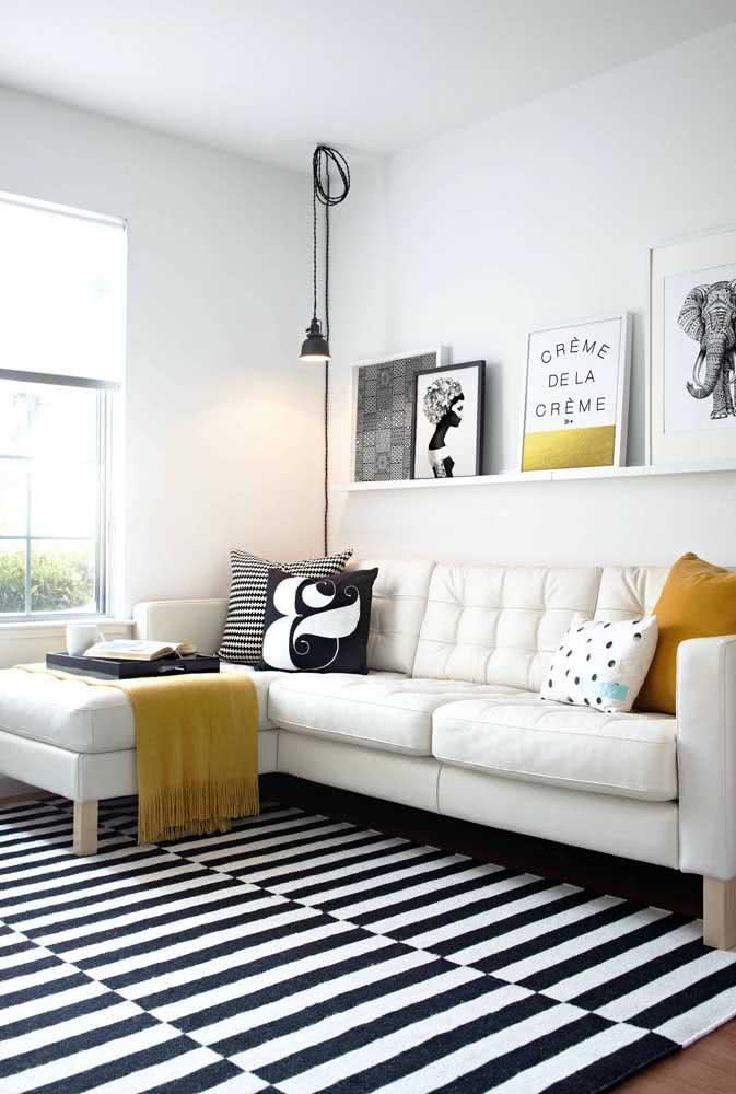 Um toque de mostarda para sala de tapete preto e branco