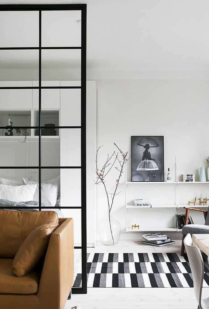 Sala minimalista sempre tem um tapete preto e branco