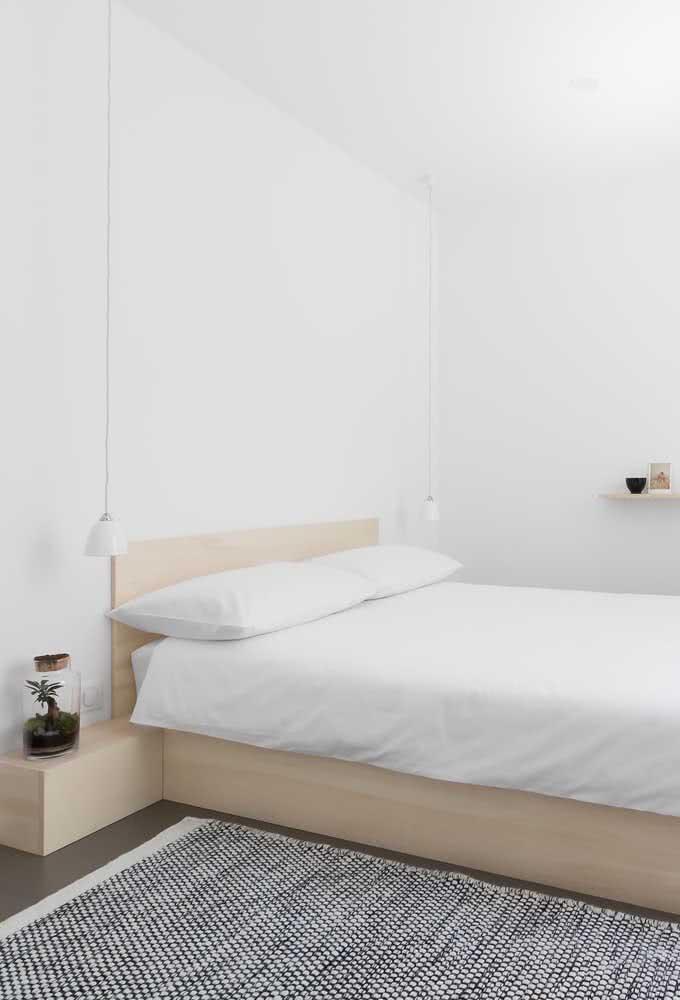 Aqui, o tapete preto e branco quebra a monotonia do quarto