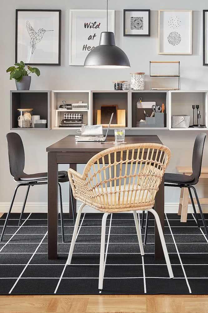 Sala de jantar cheia de estilo com o tapete preto e branco quadriculado