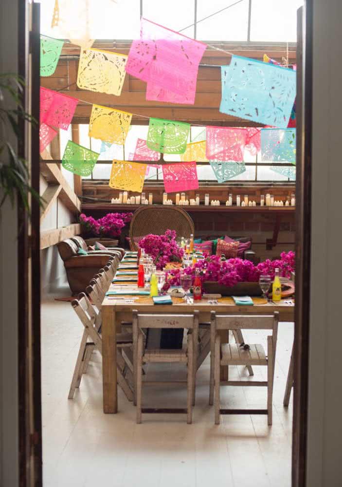 Noite mexicana decorada com flores e bandeirolas coloridas