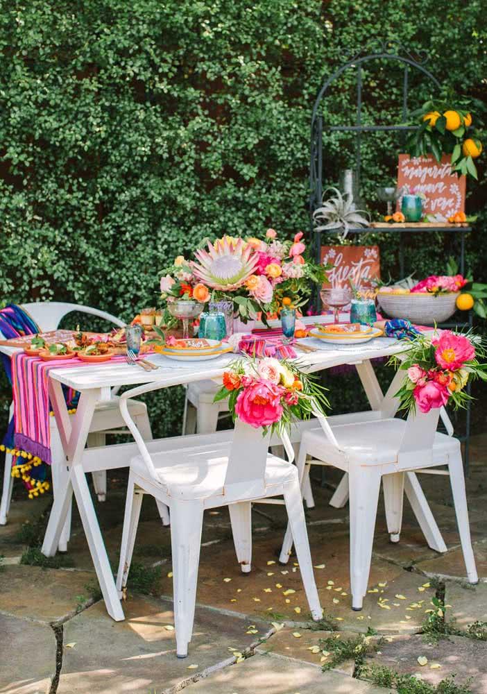 Noite mexicana ao ar livre: colorida, florida e animada