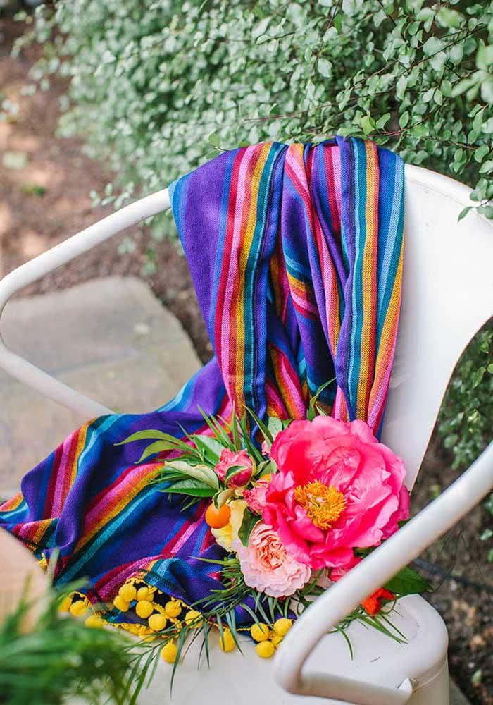 As flores e o lenço servem tanto para decorar, quanto para caracterizar os convidados