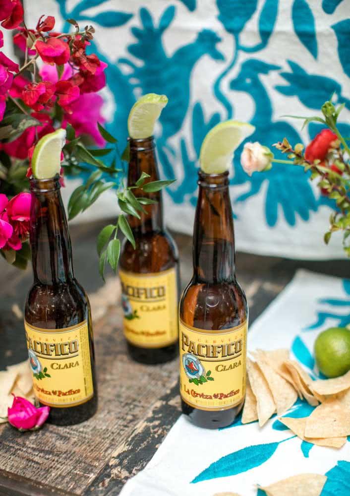 Cervejas tipicamente mexicanas servidas com rodelas de limão