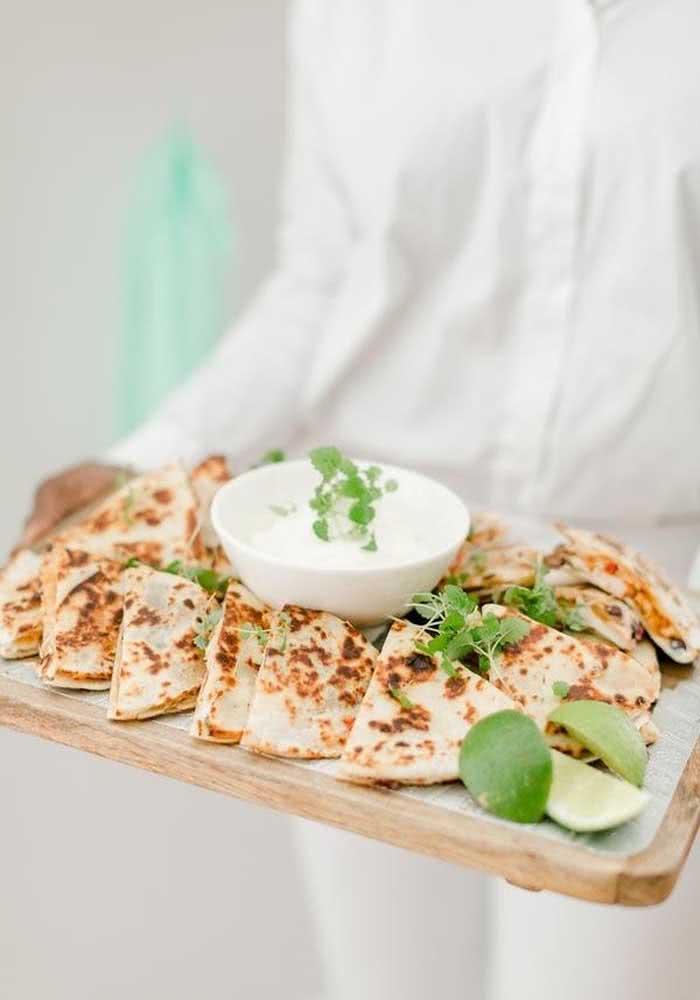 Quem quer quesadillas com molho sour cream? Entradinha deliciosa para a noite mexicana