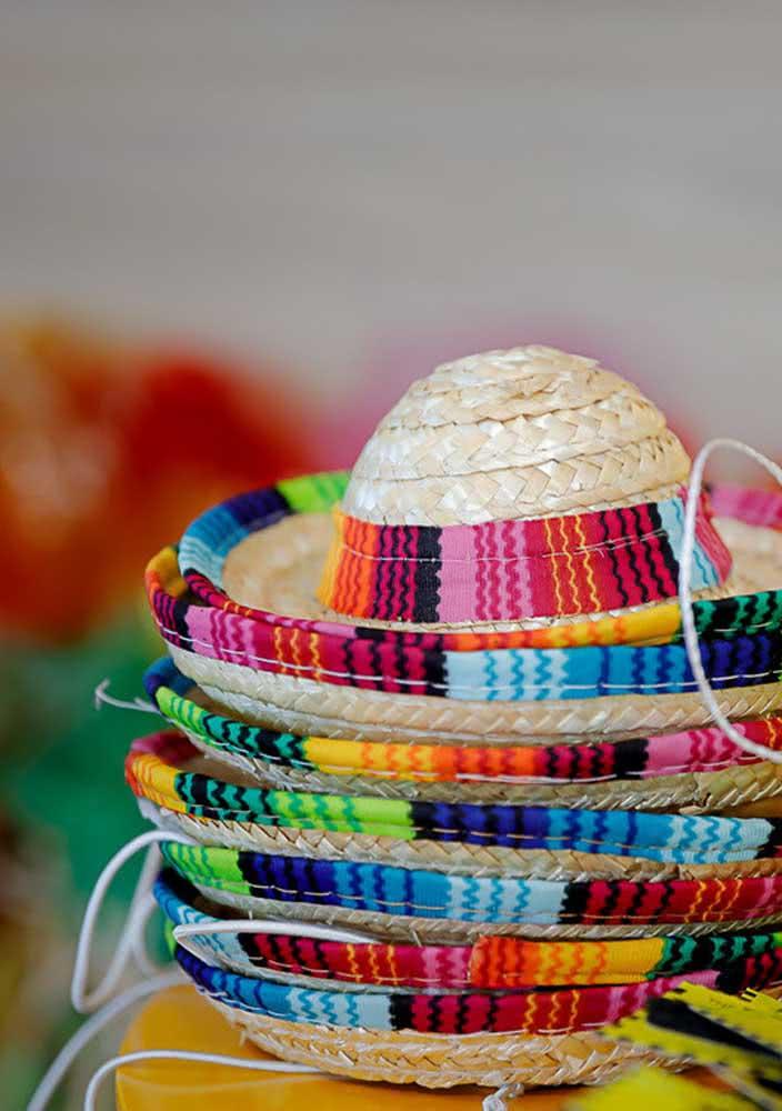 Chapéus coloridos para os convidados entrarem no clima da noite