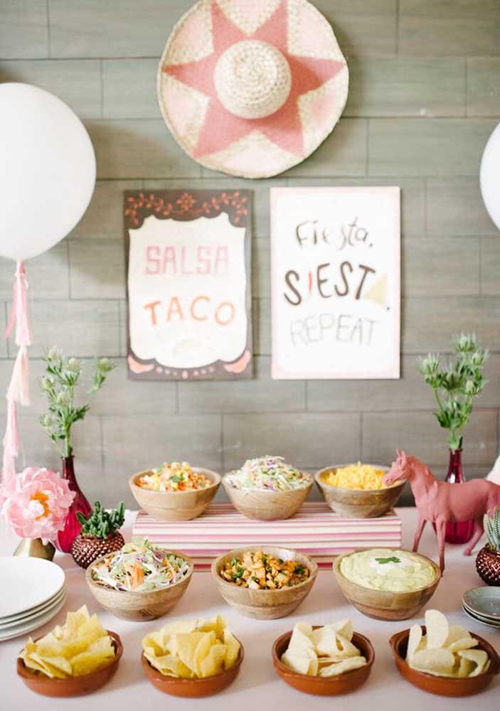 Mesa de nachos e acompanhamentos. Quem resiste?
