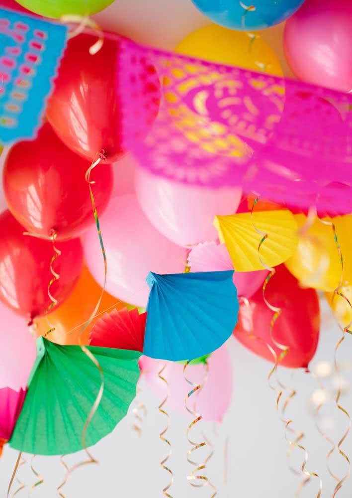 Balões, bandeirolas e enfeites de papel coloridos para uma autêntica (e colorida) decoração mexicana