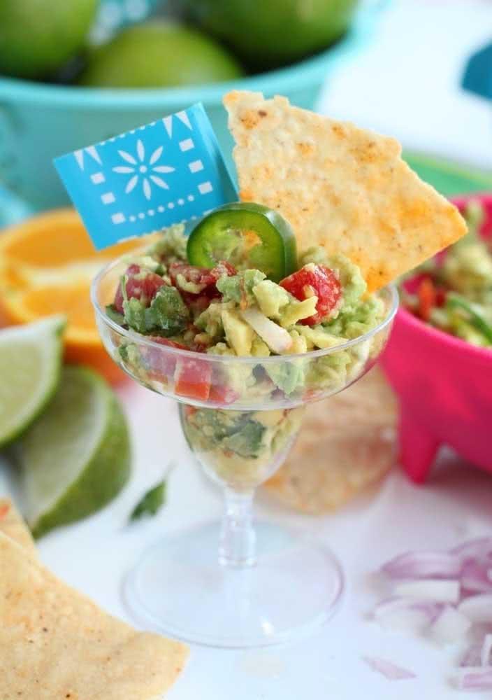 Nachos na taça! Aqui, o aperitivo é acompanhado de guacamole, pico de gallo e jalapenõ