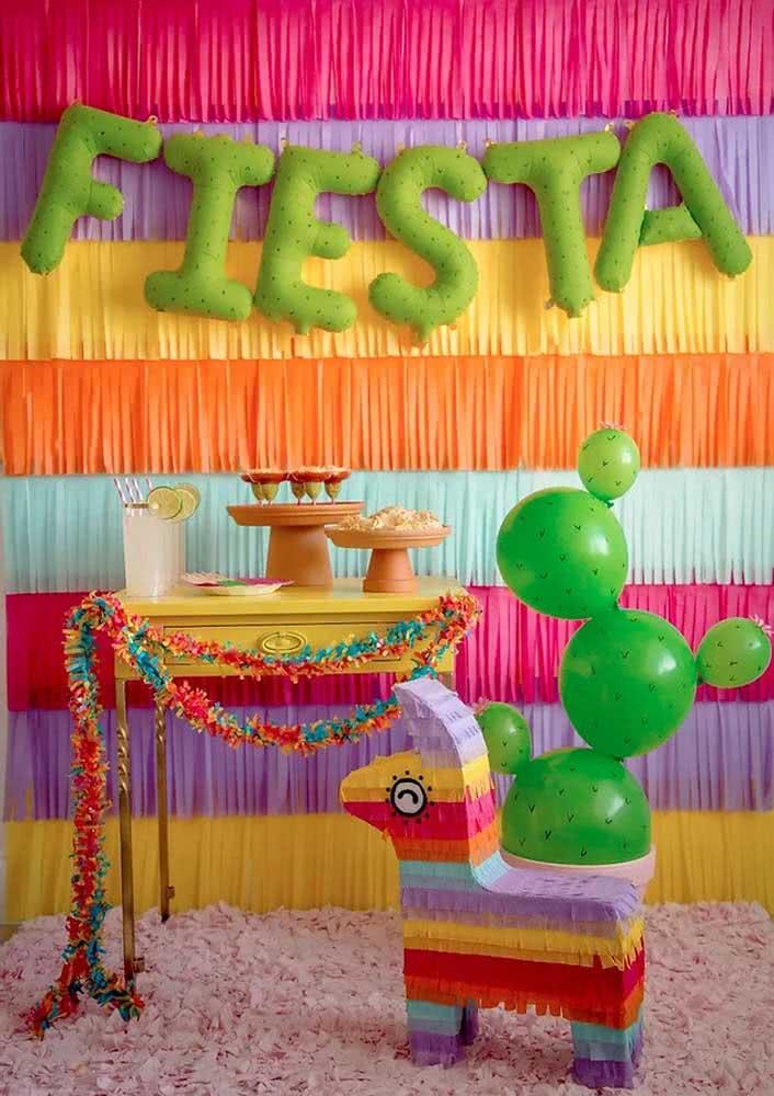 Cactos feitos com balões: dica criativa para decoração da noite mexicana