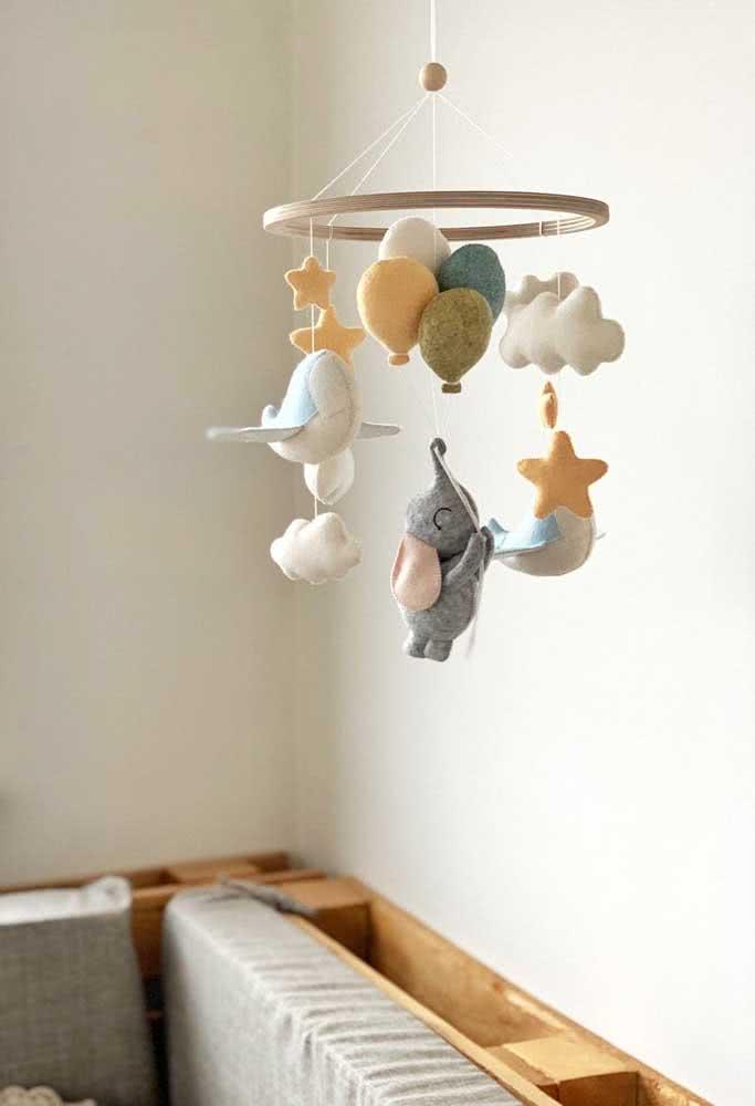 Nuvens de feltro para completar o móbile que traz ainda animais, avião e balões