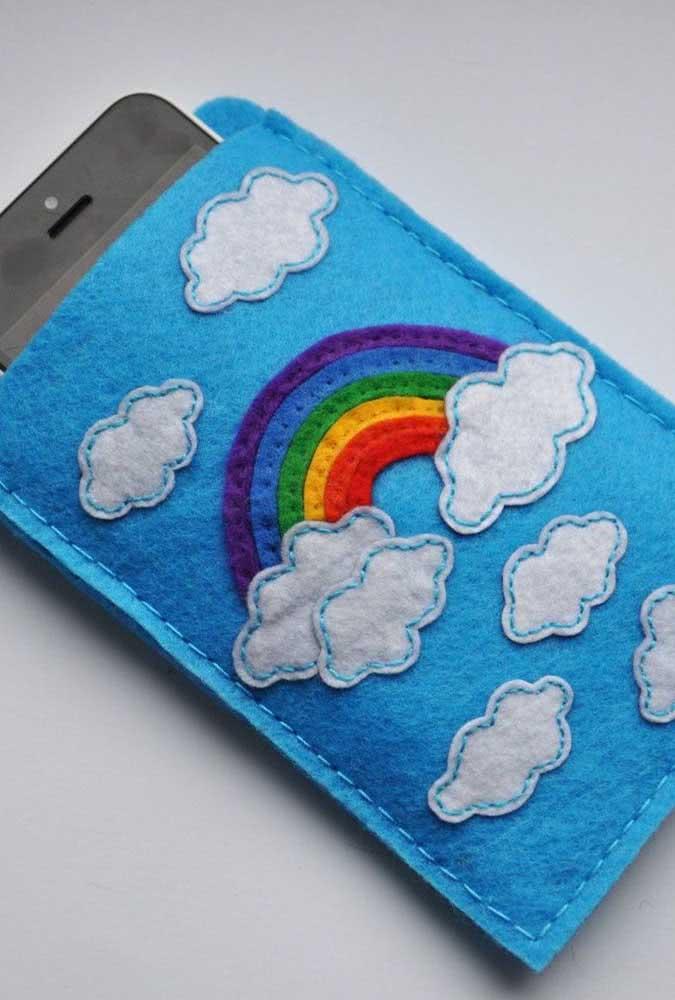 E o que acha de uma capinha de celular feita com nuvens de feltro?