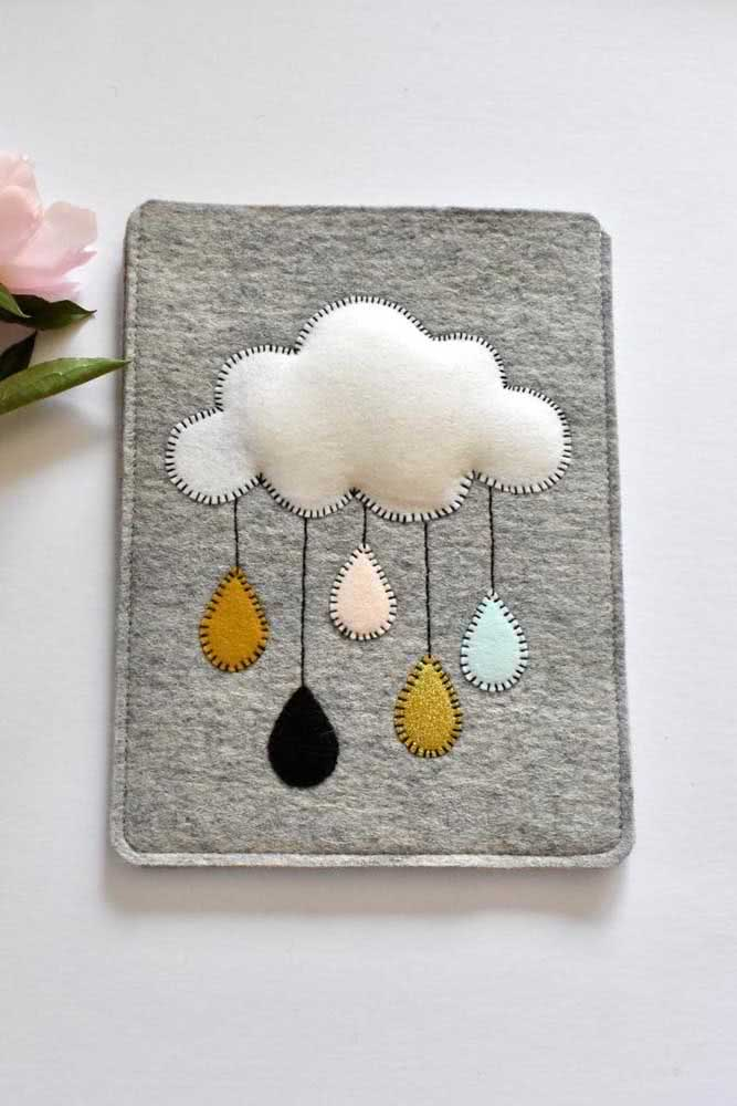O caderno pode e deve ganhar uma capa com nuvem de feltro