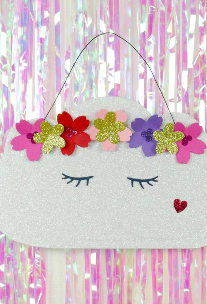 Já aqui, a inspiração é uma nuvem de feltro decorada com flores e muito brilho