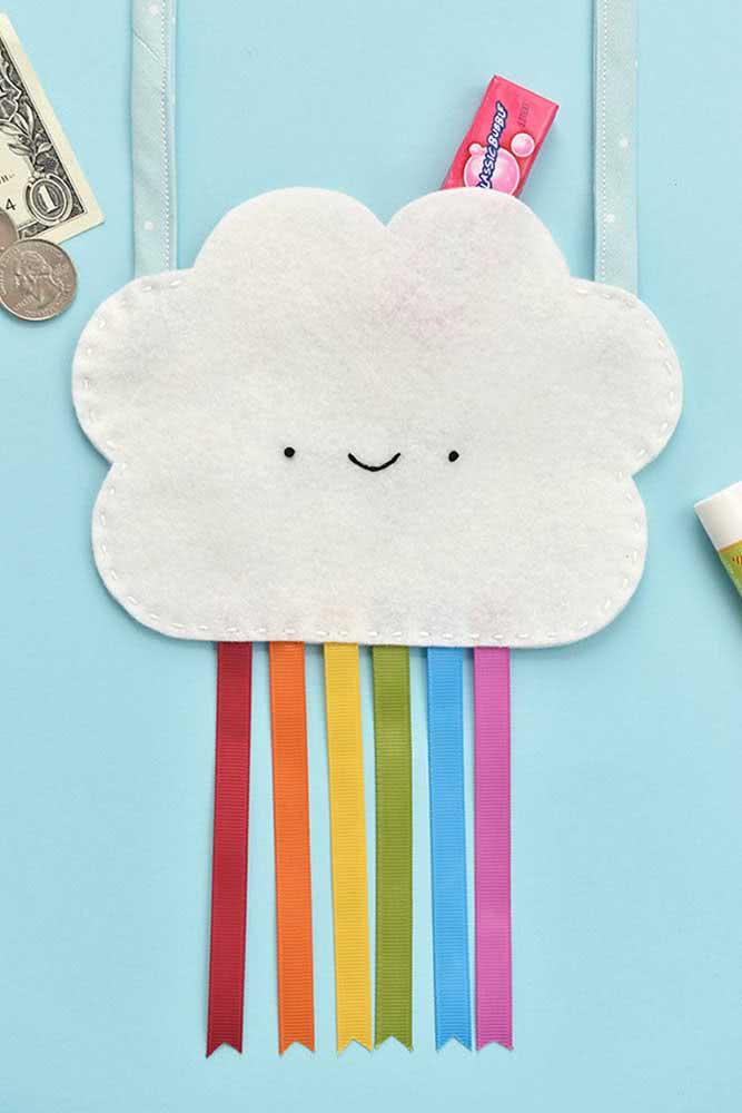 Aqui, a bolsinha com a nuvem de feltro traz fitas coloridas para formar o arco íris