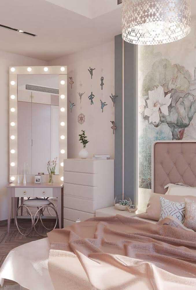 Aproveite para colocar um espelho em um quarto de adolescente feminino.