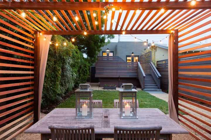 Pergolado pequeno e simples para decorar o jardim externo.