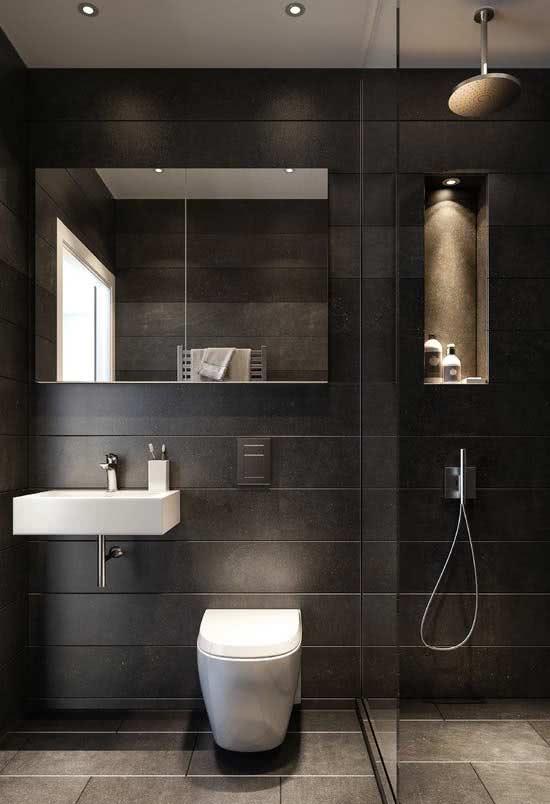 Banheiro moderno com revestimento de parede preto e louças brancas