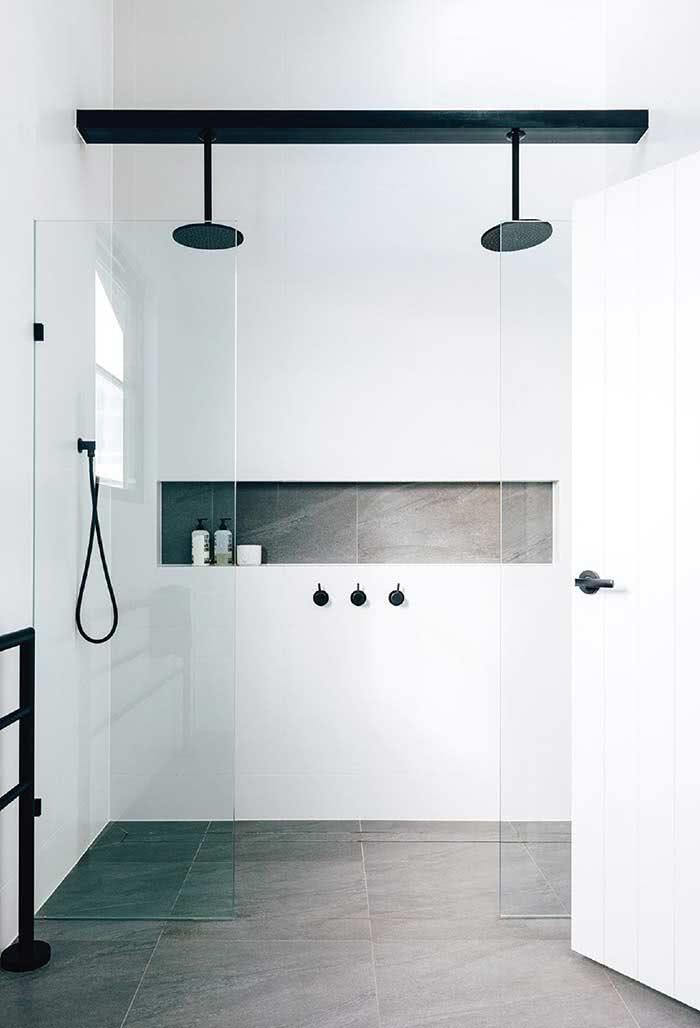 Muito equilíbrio nesta composição de preto e branco na área de banho