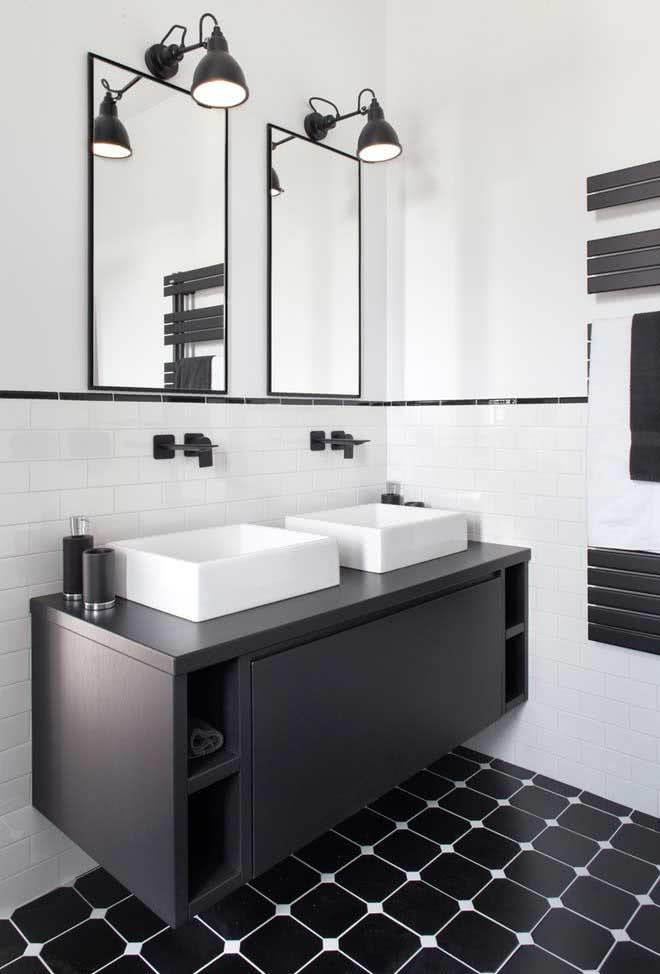 Banheiro preto e branco com pia dupla para muito mais conforto do casal