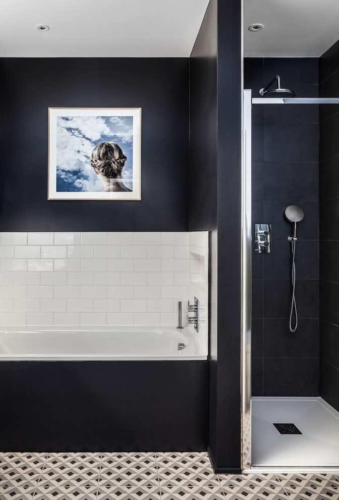 Azulejo subway tiles em uma parte da parede da banheira para contrastar com a cor preta