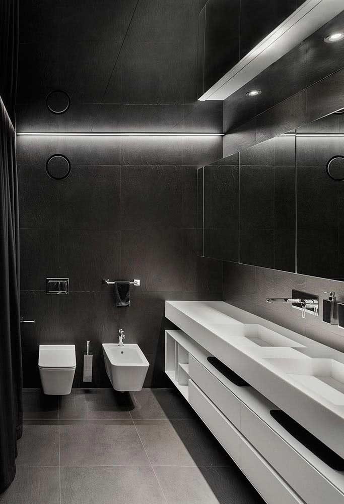 Banheiro moderno com tons de cinza. Aqui, apenas as louças são brancas