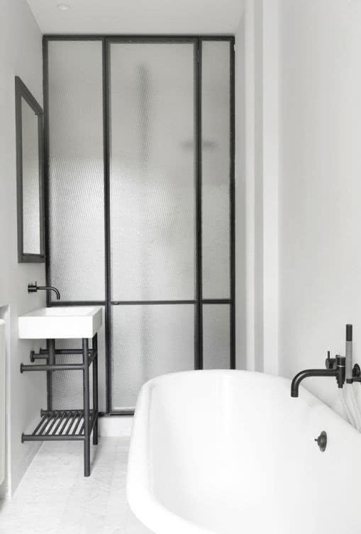 Neste exemplo, apenas os metais do banheiro possuem a cor preta