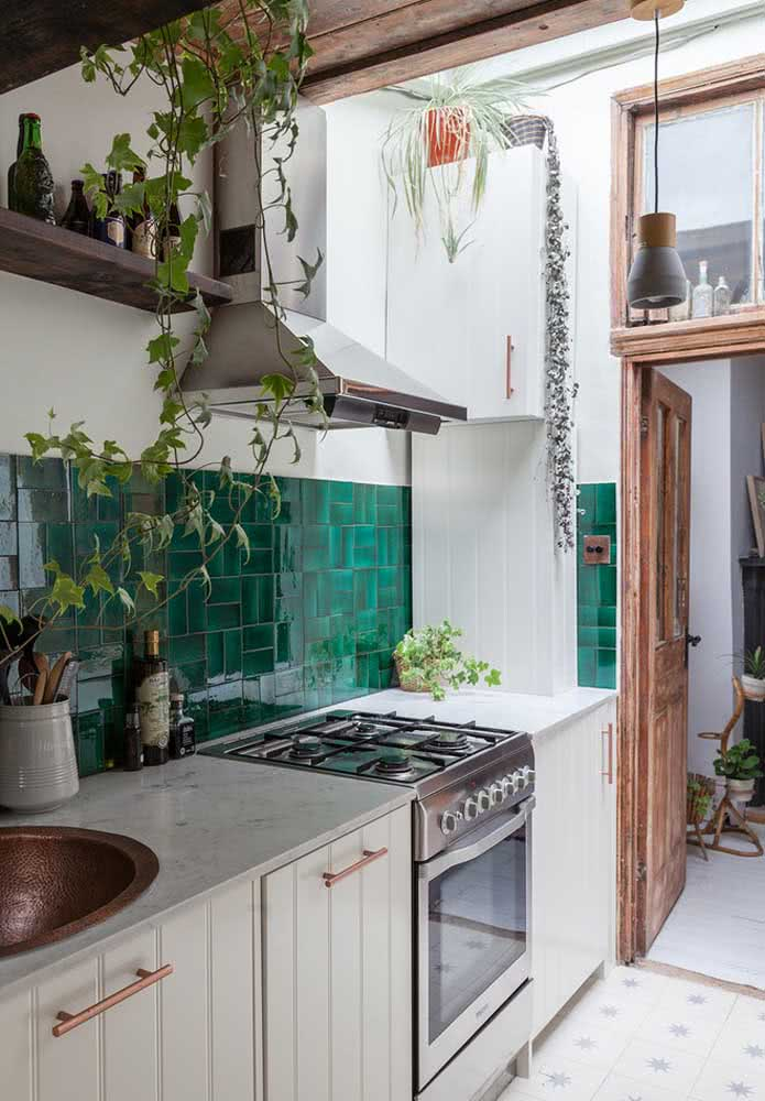Cozinha com azulejos verdes no exterior da residência.