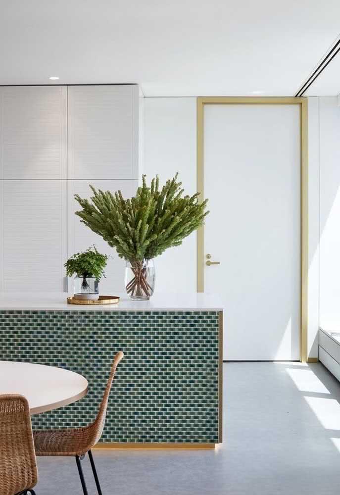 Cozinha clean com azulejos de metrô verdes na bancada central.
