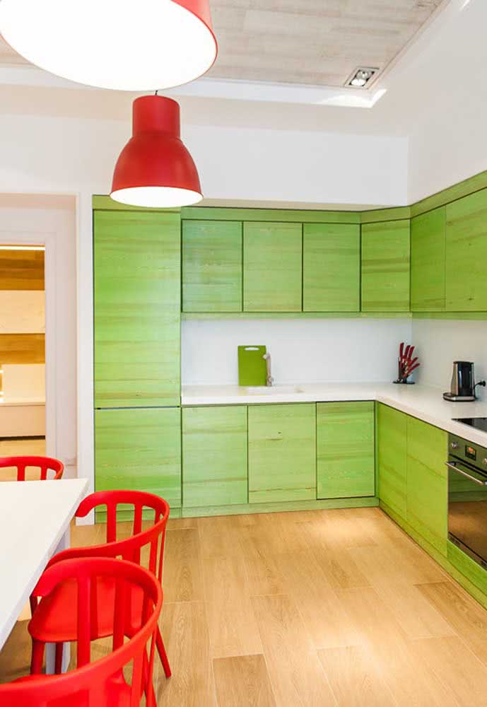 Este armário planejado recebeu o verde limão como acabamento para a cozinha em L.
