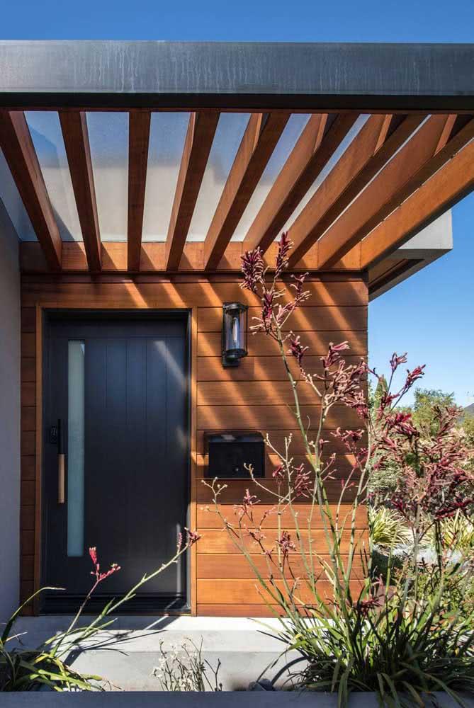 Pergolado de madeira pequeno para a entrada da residência